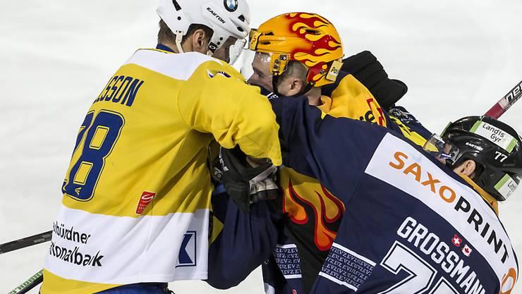 Der Davoser Stürmer Dick Axelsson (links) rauft sich mit Zugs Topskorer Pierre-Marc Bouchard