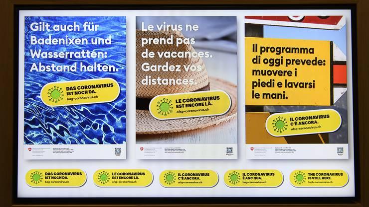 Ein Bildschirm zeigt neue BAG-Plakate die auf spezifische Alltagssituationen Bezug nehmen. (Symbolbild)