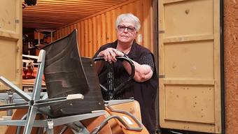 Marianne Piffaretti, Präsidentin des Vereins Help-Point Sumy, mit Stühlen für Schulen in der Ukraine, die in Wohlen für den nächsten Konvoi verladen werden – bald muss der Verein den Lagerplatz allerdings räumen.