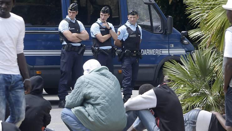 Gendarmerie in Menton blockiert den Zugang von Italien nach Frankreich für afrikanische Flüchtlinge