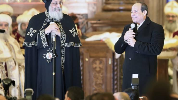 """Ägyptens Präsident Abdel Fattah al-Sisi hat eine neue riesige Kathedrale für die christliche Minderheit im Land eröffnet. Der Kopten-Papst Tawadros II. (l) bezeichnete die Eröffnung als beispiellos """"in der Geschichte""""."""
