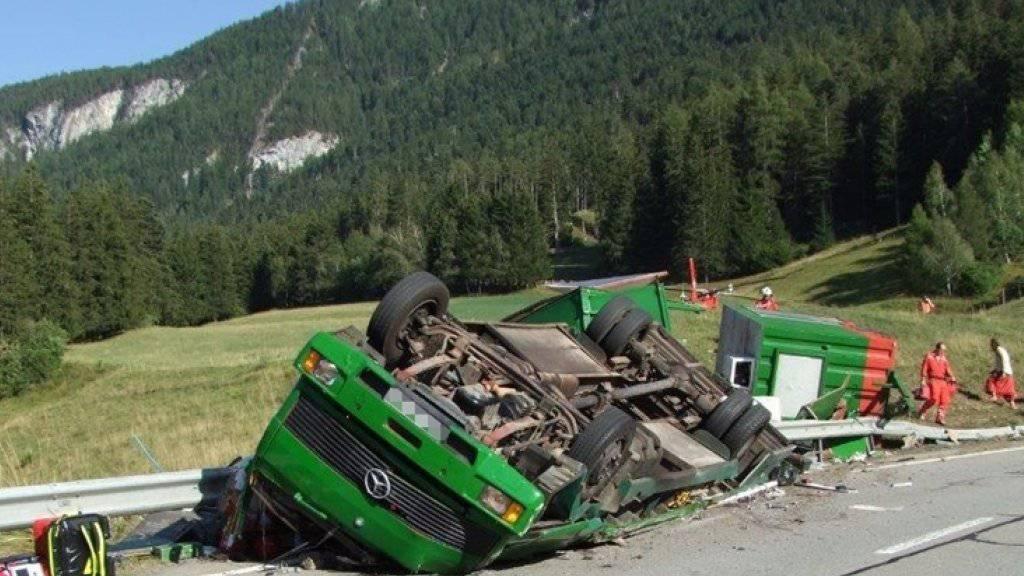 Der englische Chauffeur des Lasters wurde in der zerquetschten Kabine eingeklemmt und konnte nur noch tot geborgen werden.