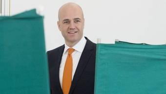 Fredrik Reinfeldt gibt in einem Wahllokal seine Stimme ab
