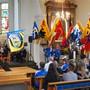 Die neue Fahne des DTV Wölflinswil (links) wurde feierlich eingeweiht und der Reihe der verschiedenen anderen Vereinsfahnen hinzugefügt.