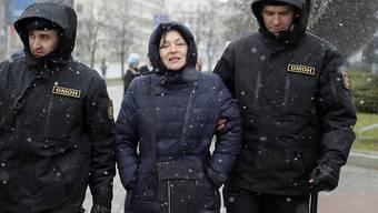 Polizisten führen eine Demonstrantin in der weissrussischen Hauptstadt Minsk ab.