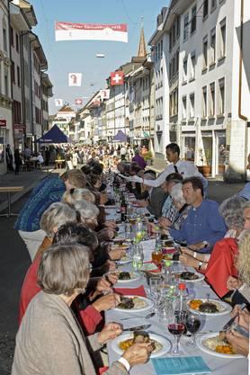 Es war im Landkanton der gesellschaftliche Höhepunkt des Jahres. Bei strahlendem Herbstwetter genossen an der Langen Tafel im Liestaler Stedtli Hunderte Spezialitäten made im Baselbiet: Hacktätschli, Dinkelreis und Gemüse, auch der Wein stammte aus heimischem Gewächs. Und die Szenerie – grandios!