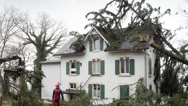 Von «Sabine» verursachte Schäden an einem Haus in Montmollin (NE).