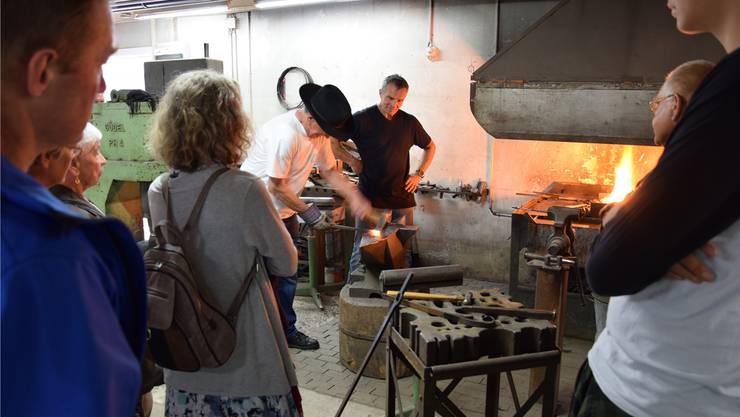 Museumsvereins-Präsident Ueli Ineichen hämmert eine Spitze. Bild: Cornelia Schlatter