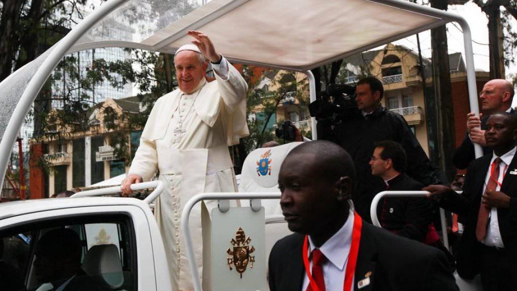Papst Franziskus winkt vom Papamobil aus in die Menge bei seiner Ankunft zur Messe am Donnerstag auf dem Universitätsgelände in Nairobi.