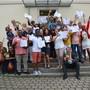 Einige der total 44 Autoren des Buches «Integration» präsentieren ihre Geschichte vor dem Zufikerhuus der Kamera.