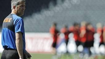 YB-Trainer Vladimir Petkovic beobachtet seine Spieler beim Abschlusstraining im Stade de Suisse
