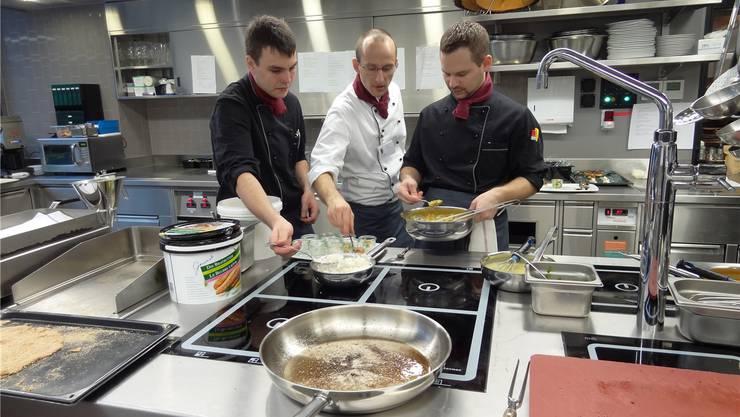 In der erweiterten Küche des Restaurants Gnadenthal schwingt jetzt der neue Küchenchef David Stange (Mitte) den Löffel. chr