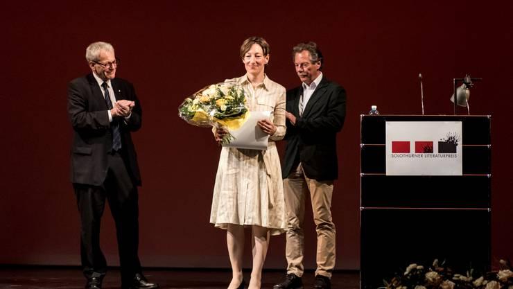 Applaus für Ruth Schweikert, die den diesjährigen Solothurner Literaturpreis bekommt. Kurt Fluri (l.) und Hans Ulrich Probst, Laudator, klatschen ebenfalls Beifall.