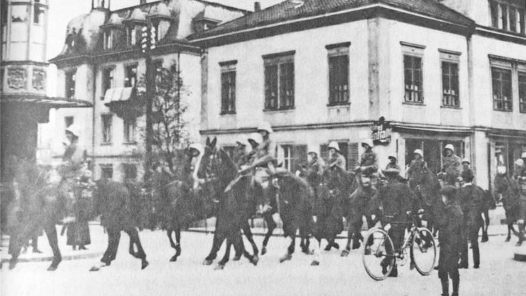 Unter dem Druck der Armee wurde der Landesstreik 1918 nach nur drei Tagen erfolglos abgebrochen. Hier reiten Dragoner im November 1918 über den Badener Schlossbergplatz.