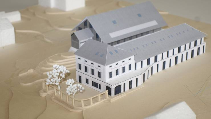 Modell des künftigen «Steinhofs»: Kopfbau und Gartenwirtschaft bleiben erhalten. Dahinter der Neubau anstelle der heutigen Scheune. Kleines Bild: Blick von der Gartenwirtschaft zur Scheune.
