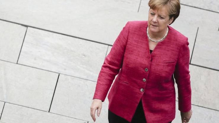 Dank Bundeskanzlerin Angela Merkel hat Deutschland endlich wieder eine Identität, schwärmt der Modeschöpfer Wolfgang Joop. Unverrückbares Markenzeichen: Der ewig gleiche Jackenschnitt. (Archivbild)