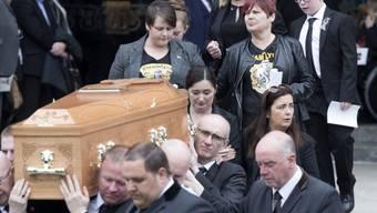 Der Sarg mit der Leiche von Lyra McKee vor der Kathedrale St Anne in Belfast.
