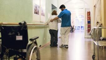 Vor allem in der Gesundheits-Branche liegen die Mindestlöhne tief unter der empfohlenen Richtlinie. (Symbolbild)