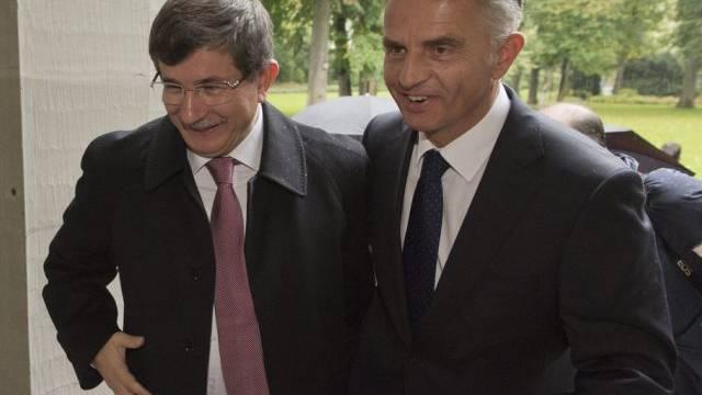 Bundesrat Burkhalter (r.) mit türkischem Aussenminister Davutoglu