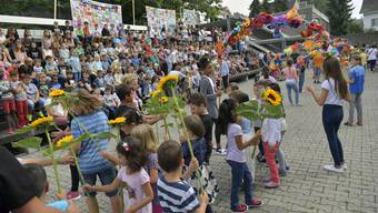Die Erstklässler und Kindergärteler erhielten nach dem Blumenspalier alle eine Sonnenblume als Willkommensgeschenk.