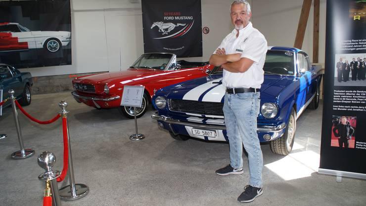 «Mustang Club of Switzerland»-Präsident René Suter vor Modellen älteren Jahrgangs. Beide Wagen hatten Auftritte im Fernsehen.