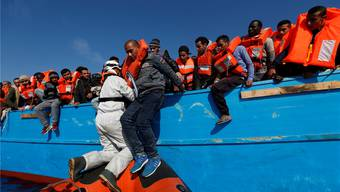 Karsamstag vor der libyschen Küste: Ein Retter leistet Hilfe.Darrin Zammit Lupi/Reuters