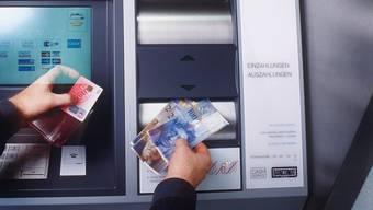 Die Frau wurde beim Einzahlen am Bankomaten überfallen (Symbolbild).