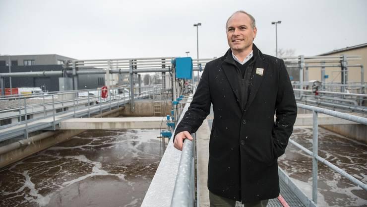 Der Hochdorfer Gemeinderat Roland Emmenegger (FDP) macht sich ein Bild von der ARA Hochdorf.