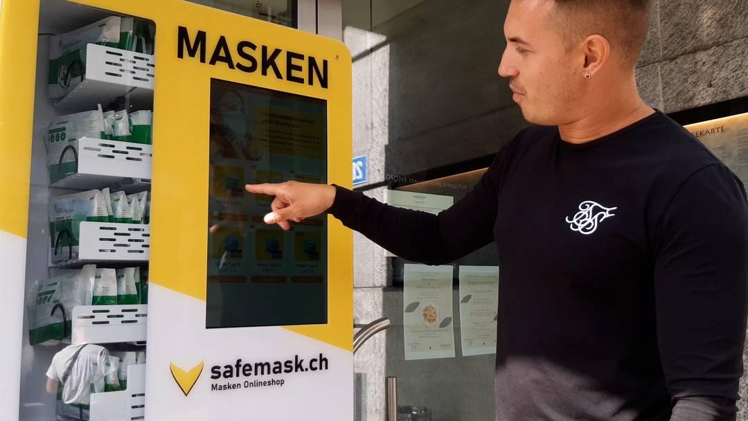 Einer der Entwickler zeigt, wies geht: Styn Haueter demonstriert in Zürich den schweizweit ersten Schutzmaskenautomat