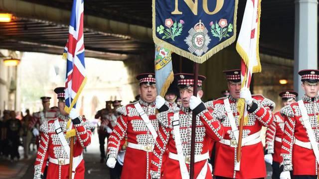 Mitglieder des Oranier-Ordens bei ihrem Marsch durch Edinburgh