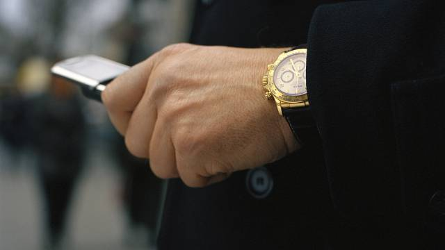 Statussymbol: Ein Mann trägt eine Rolex (Symbolbild)