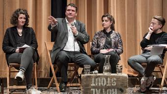 Lelia Hunziker (Einwohnerrätin Aarau), Mia Jenni (Juso Aargau) und Florian Vock (Grossrat) diskutieren im Royal in Baden mit Parteipräsident Christian Levrat.