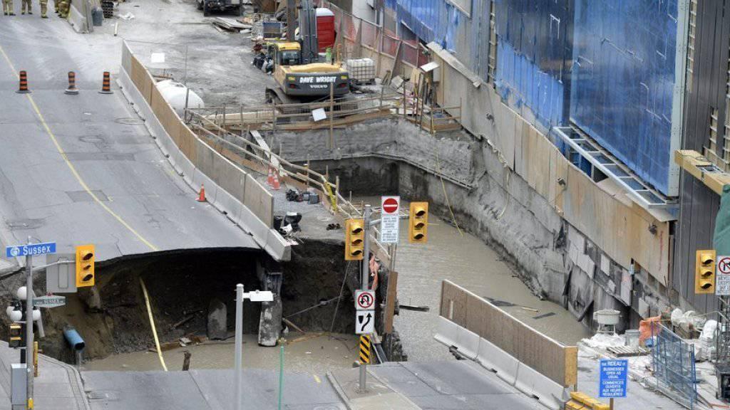 Blick auf das massive Senkloch in einer Strasse Ottawas. Kanadas Parlament liegt nur zwei Kreuzungen entfernt.