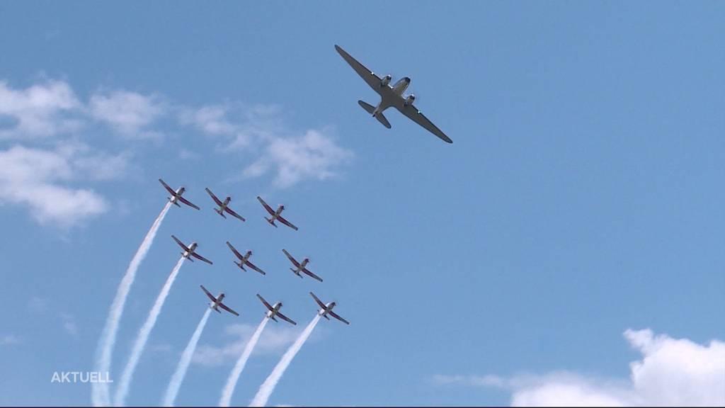 Das PC-7 Team der Schweizer Armee fliegt mit der DC-3 über Grenchen
