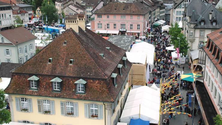 In Scharen strömten die Besucher 2013 ans Stadtfest Brugg. (Archiv)