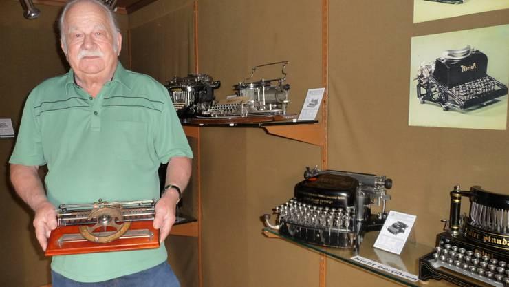 Aussteller Fritz Fankhauser mit einer Zeigerschreibmaschine.