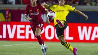 Dortmunds Nico Schulz (re.) und Liverpools Adam Lewis kämpfen im Stadion der Notre Dame University um den Ball
