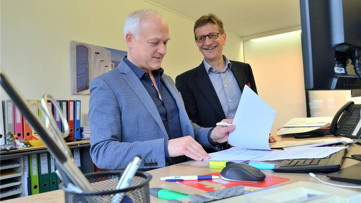 Das Bild stammt vom Vorjahr: Finanzverwalter Hanspeter Füglistaler (links) und Gemeindeammann Christian Baumann präsentieren die Jahresrechnung.