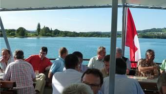 Mitglieder der Aargauer Stromversorger geniessen die schöne Fahrt auf dem Hallwilersee.