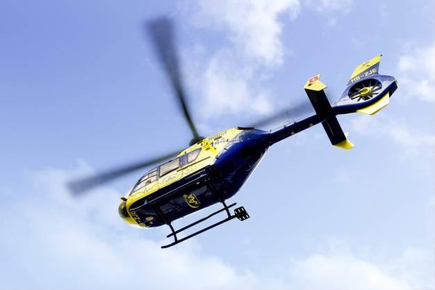 Der AAA-Helikopter in der Luft.