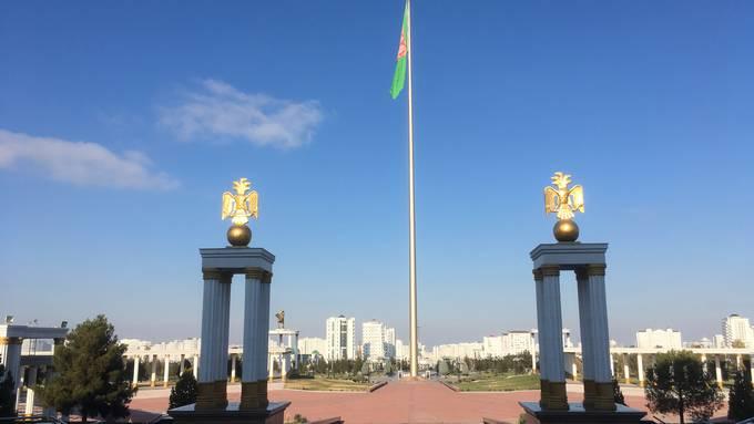 Propaganda durch Gigantismus: Mit 133 Metern gehört der Flaggenmast vor dem Nationalmuseum Turkmenistans zu den höchsten der Welt. Die Fahne hat mit 2000 Quadratmetern etwa die gleiche Fläche wie drei Tennisplätze.