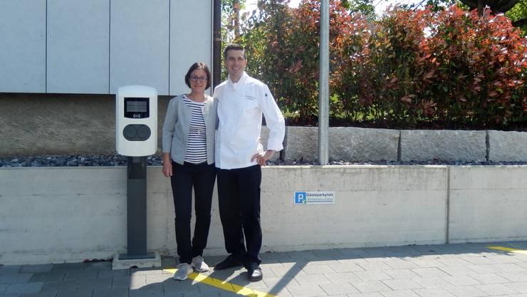 Manuela und Sebastian Graber vor der E-Ladestation.