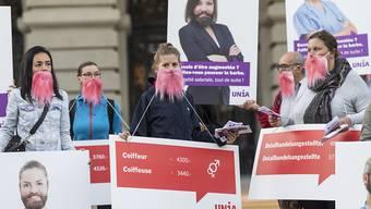 Die Gewerkschaft Unia kämpft weiter für gleiche Löhne für Mann und Frau. Sie startete am Dienstag mit rosa Bärten eine Plakatkampagne.