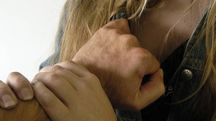 Der Angeklagte soll sich an einer nicht urteilsfähigen Frau vergangen haben. (Symbolbild)