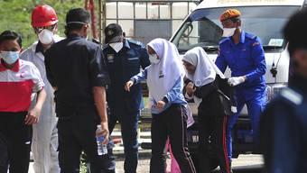 In Malaysia sind 34 Schulen geschlossen, nachdem ein ganzer Landstrich mit giftigen Gasen verseucht worden war. Mehr als 300 Menschen zeigten Vergiftungserscheinungen. (AP Photo/Thomas Yong)