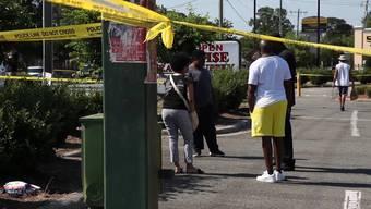 Bei einem spontanen Strassenfest infolge des Gedenktags zum Ende der Sklaverei in den USA sind im Bundesstaat North Carolina drei Menschen durch Schüsse getötet worden. Mindestens elf weitere Personen wurden verletzt.