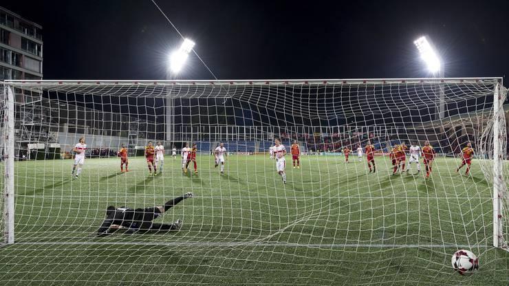 Fabian Schär verlädt Andorras Torhüter Josep Gomes beim Foulpenalty