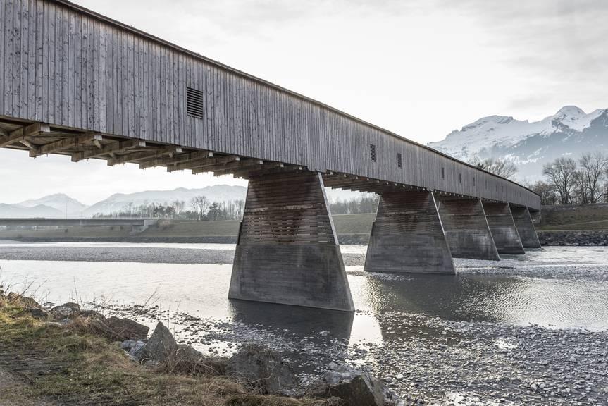 Heimelig: Die letzte Rheinholzbrücke zwischen Sevelen - Vaduz. (Bild: Tagblatt/Hanspeter Schiess)
