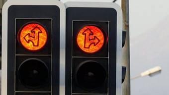 Eine Frau hat in Baden ein Rotlicht missachtet, was zu einem Unfall führte. (Symbolbild)