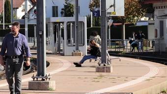 Gontenschwil: Die Dame (ganz rechts) wählt den Weg übers Gleis.Bild: fdu
